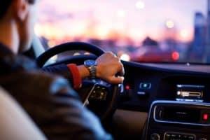 איש נוהג ברכב