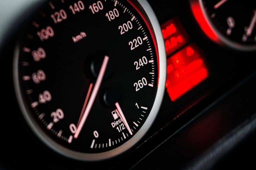 מד מהירות ברכב