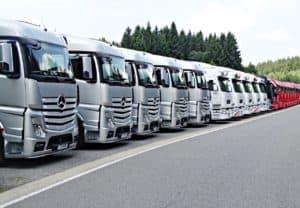 שורה של משאיות